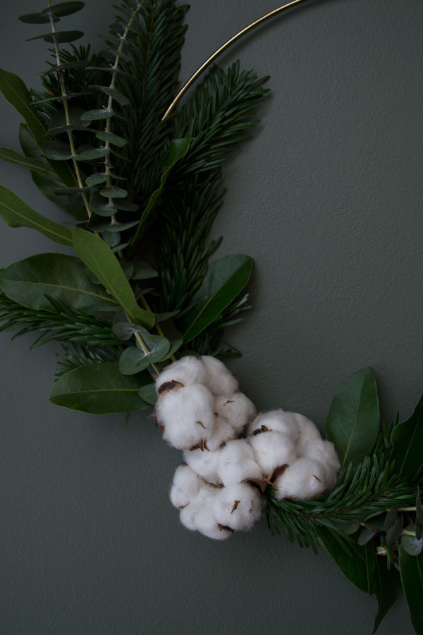 The finishing touch for my minimal Christmas wreath is a bunch of Cotton flowers