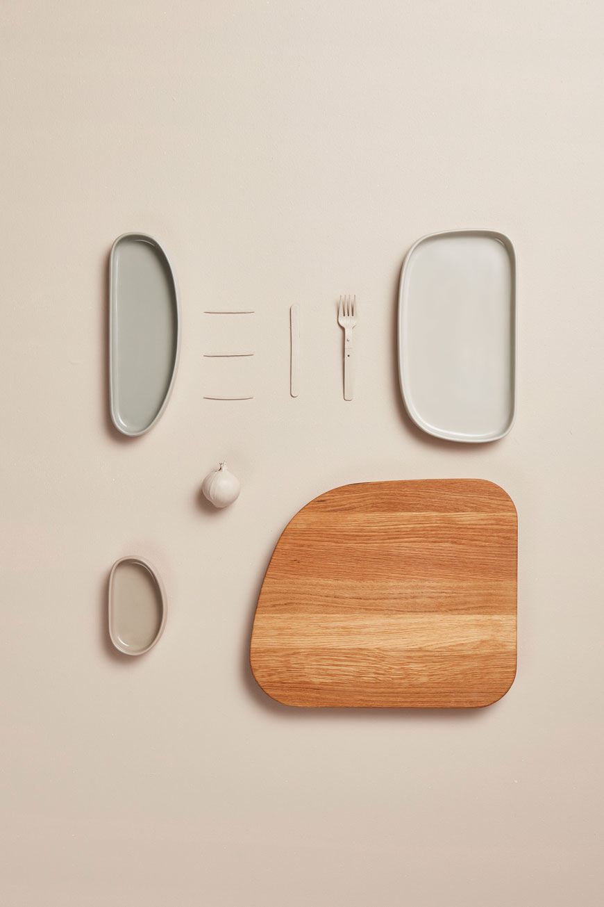 A chopping board and ceramic plate flatlay, designed by Nordic design brand Gejst