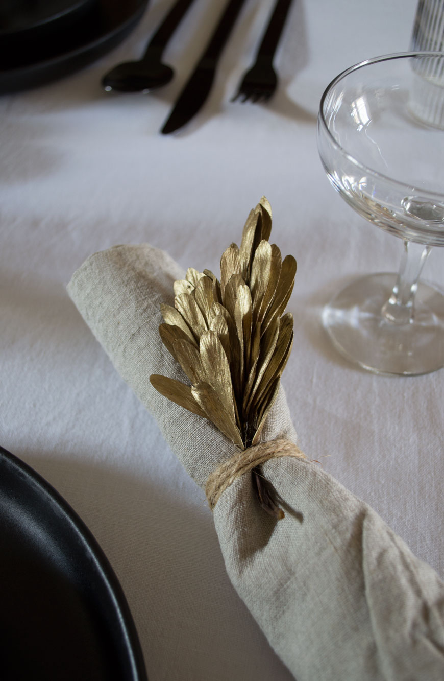 Subtle Nordic Christmas decorations in these beautiful gold seed heads, tied onto a linen napkin.